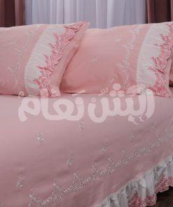 طقم سرير بألوان ناعمة مع ركامة مطرزة