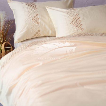 طقم سرير بألوان ناعمة مع كنار مطرز