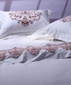 طقم سرير يليق بالغرف ذات الطراز الملكي